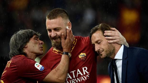 Daniele De Rossi con Bruno Conti e Francesco Totti. Afp
