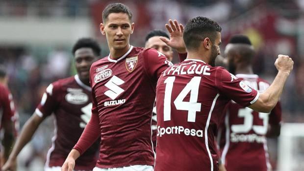 Iago Falque festeggiato dai compagni dopo il gol del momentaneo 1-0