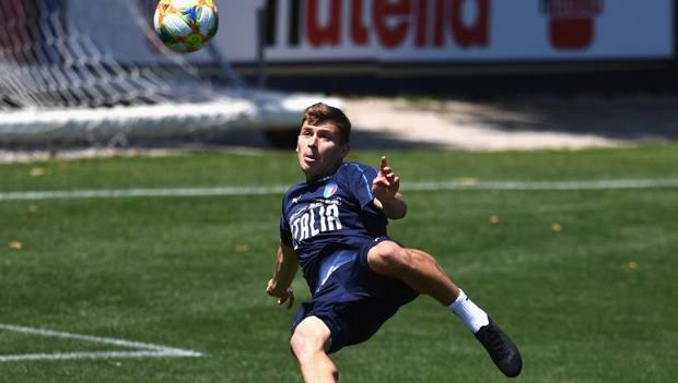 Nicolò Barella, 22 anni, in acrobazia in allenamento con la Nazionale GETTY