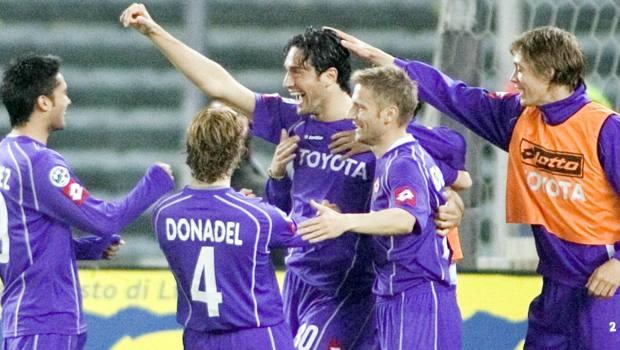Luca Toni festeggiato dopo un gol