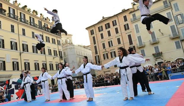 Un momento dell'esibizione in Piazza di Spagna degli atleti del Demo Team. Foto Roberto Di Tondo