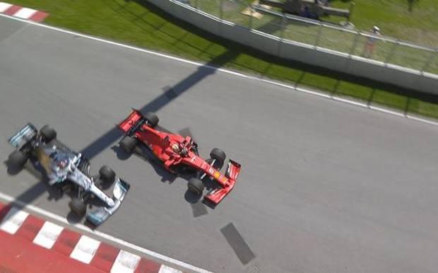 Il momento della manovra di Vettel che è costata al tedesco 5 secondi di penalità e la vittoria