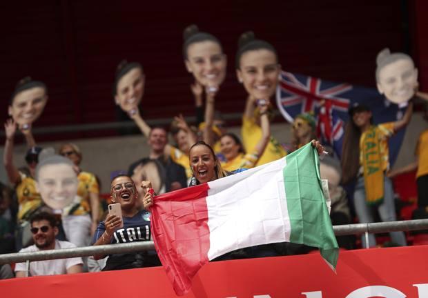 Tifose a Valenciennes durante Italia-Australia. AP