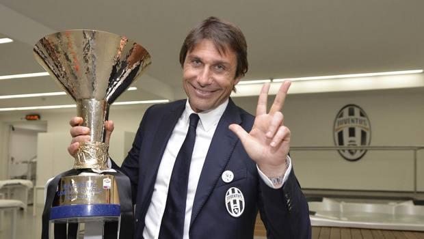 Antonio Conte festeggia il terzo scudetto consecutivo
