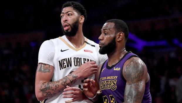 Anthony Davis contro LeBron James: saranno compagni di squadra. Afp