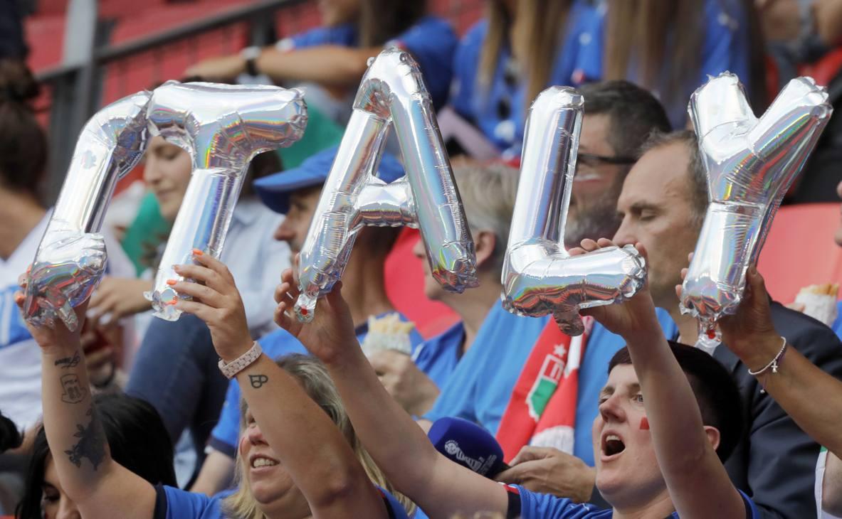Lo spettacolo di Italia-Brasile è iniziato nel tardo pomeriggio a Valenciennes nel Nord della Francia. Tanti i tifosi azzurri in tribuna