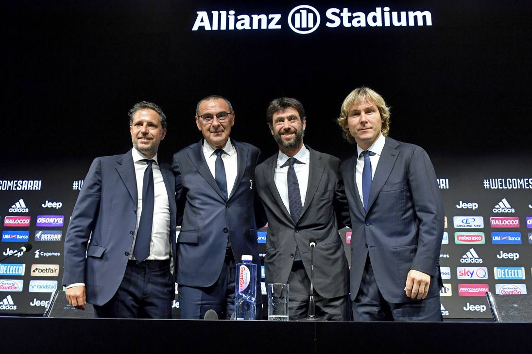 Da sinistra a destra, Paratici, Sarri, Agnelli e Nedved posano insieme alla fine della conferenza stampa. GETTY IMAGES