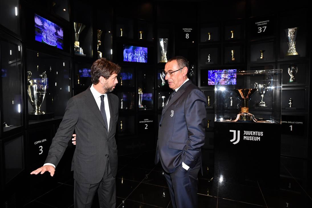 Andrea Agnelli e Maurizio Sarri nella sala dei trofei della Juventus. GETTY IMAGES
