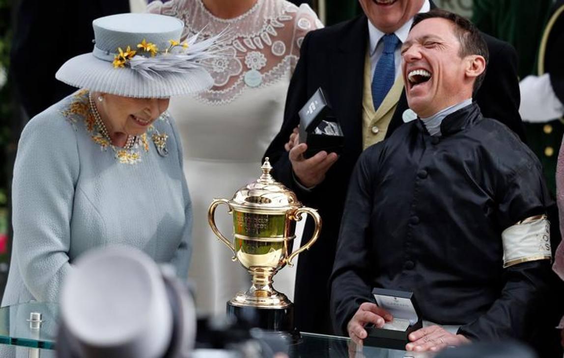 Una risata reale. Lanfranco Dettori porta a casa una giornata memorabile al Royal Ascot: 4 Gran Premi, 4 vittorie! E se la spassa con la Regina Elisabetta II. Afp