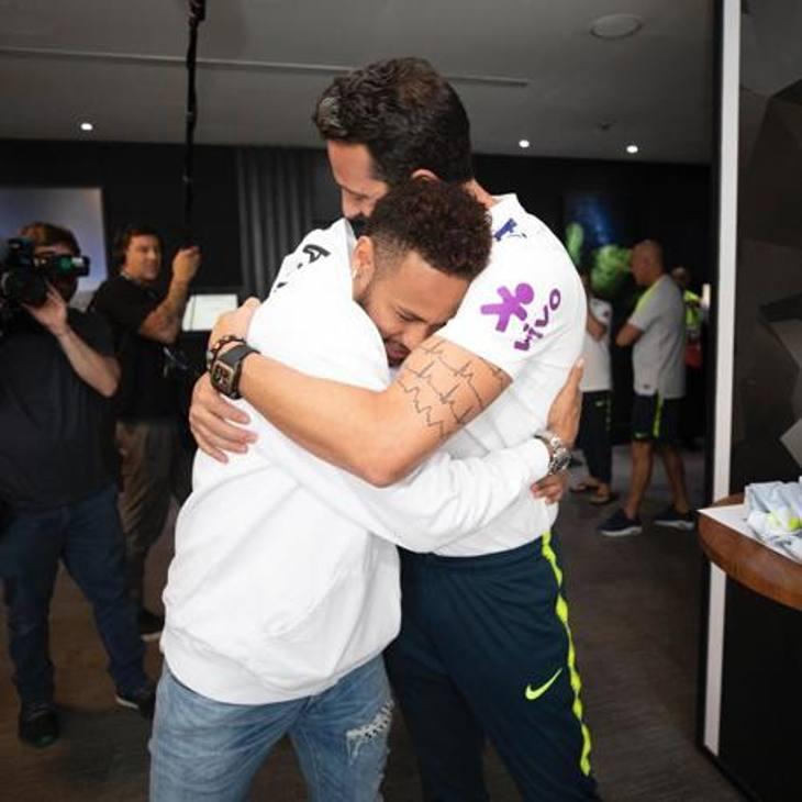 Neymar è stato accolto nel ritiro di San Paolo con enorme affetto. Nonostante il momento difficile, tra infortunio, accuse di stupro, sequestro di immobili per evasione fiscale e le tante voci di mercato, il campione brasiliano è apparso sereno