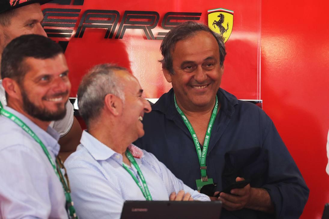 Dopo l'angoscia dei giorni scorsi, qualche ora di relax e serenità per Michel Platini. L'ex presidente dell'UEFA ha assistito alle qualifiche del Gran Premio di Francia di Formula 1, a Le Castellet, ospite nel box della Ferrari. Un Platini sorridente e rilassato dopo che nei giorni scorsi era stato tenuto in custodia cautelare nei pressi di Parigi nell'ambito dell'inchiesta sulla corruzione per l'attribuzione del Coppa del Mondo in Qatar nel 2022