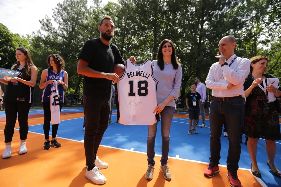 Marco Belinelli regala la sua maglia numero 18 degli Spurs al sindaco Appendino