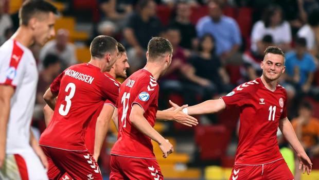 Rasmussen, a destra, festeggiato dopo il primo gol danese