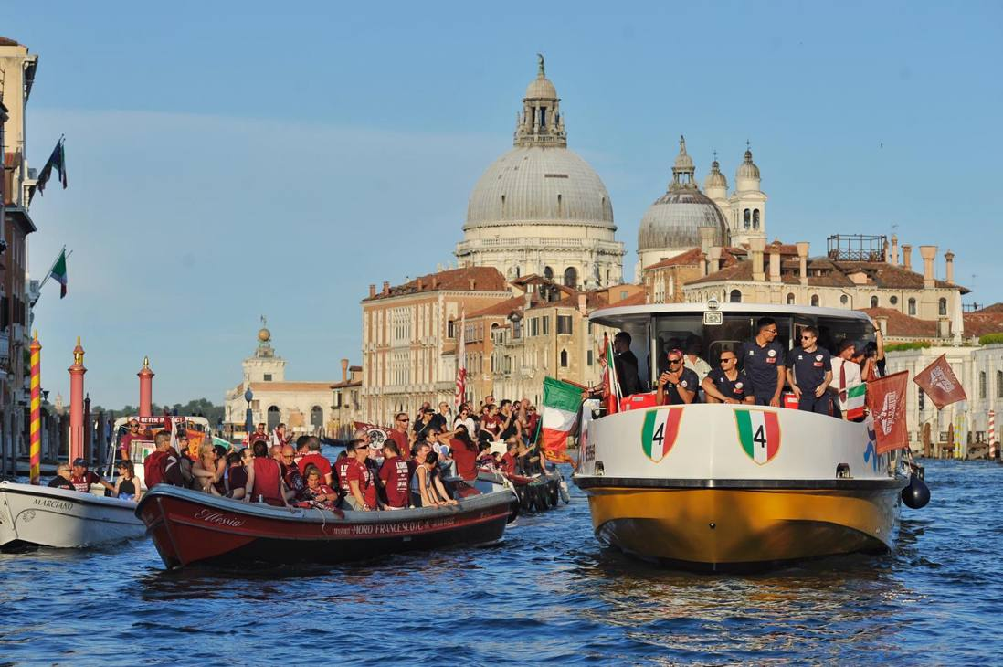 La squadra a bordo del battello in Canal Grande