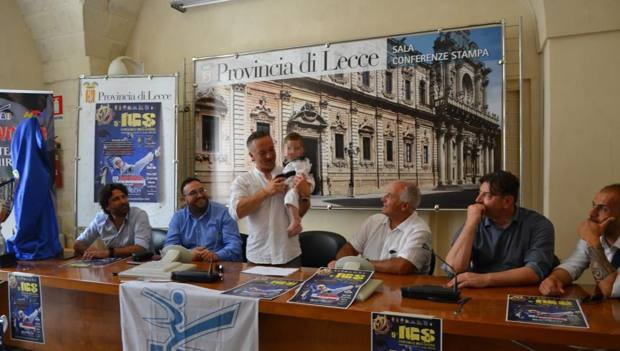 Il piccolo Stefano in braccio al maestro Andrea Chiriatti  alla festa per la presentazione del 5° torneo internazionale Grecia Salentina