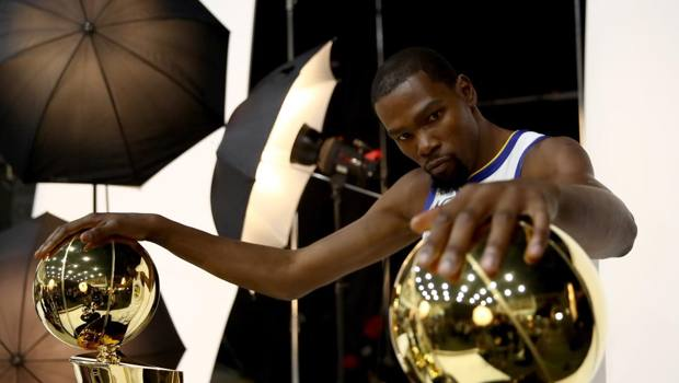 Kevin Durant coi due titoli vinti ai Warriors. Afp