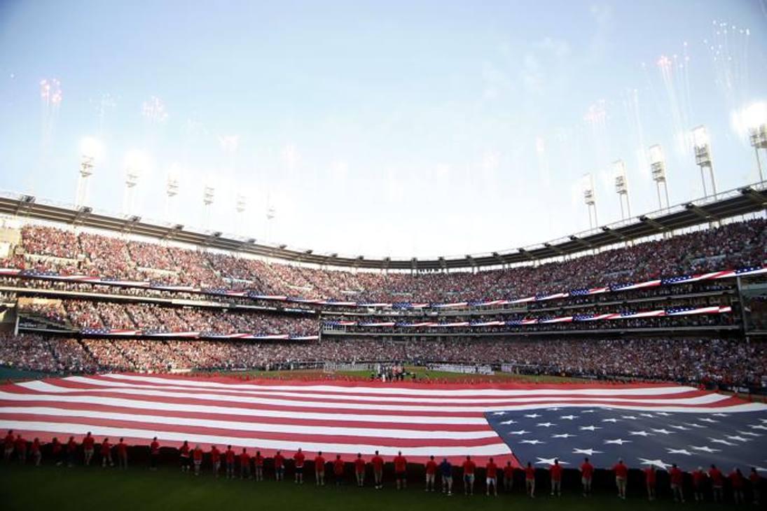 Una panoramica del Progressive Field di Cleveland durante l'inno nazionale Usa