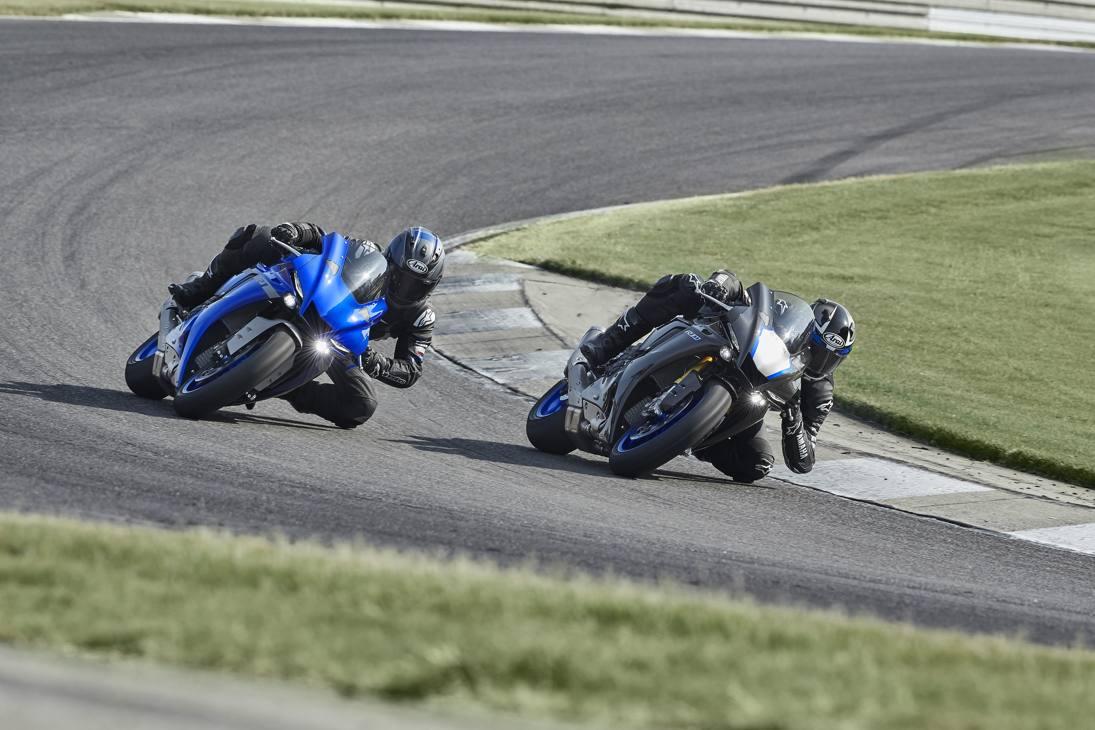 In blu la Yamaha YZF-R1, in nero carbonio la più cattiva YZF-R1 M