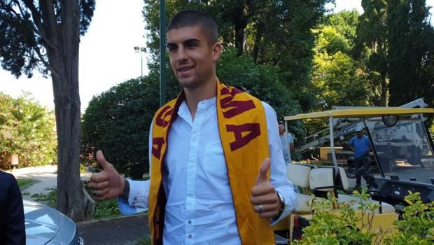 Gianluca Mancini con la sciarpa della Roma