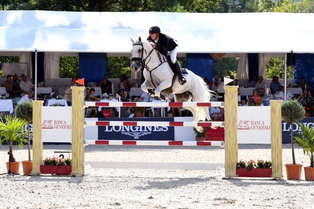 Salti d'eccellenza nella suggestiva cornice dell'ex aeroporto di Ascona, nel Canton Ticino: oltre 120 i cavalli impegnati nei 4 giorni del Concorso 5 stelle svizzero