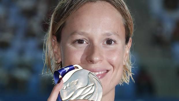 Federica Pellegrini con la medaglia d'oro conquistata in Corea del Sud. Ap