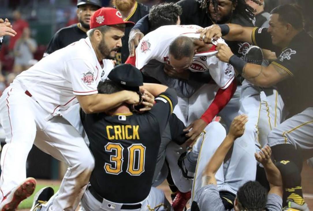 Amir Garrett di Cincy si getta nel mucchio selvaggio durante la rissa tra Pirates e Reds