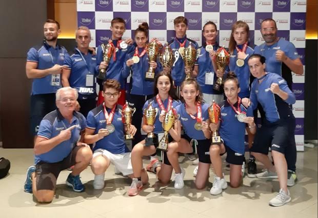 Foto di gruppo per i 9 azzurrini medagliati ed i loro tecnici