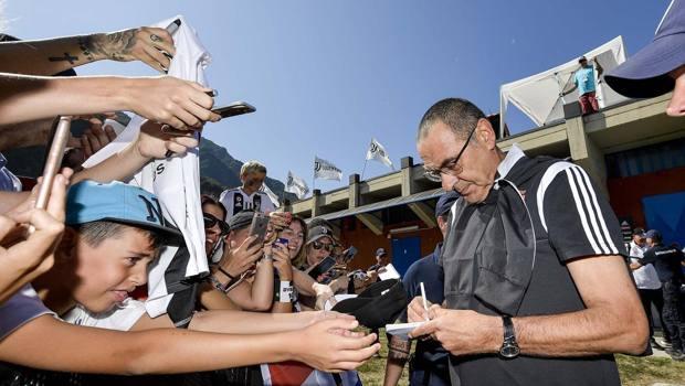 Maurizio Sarri firma autografi a Villar Perosa, la vigilia di Ferragosto. Getty