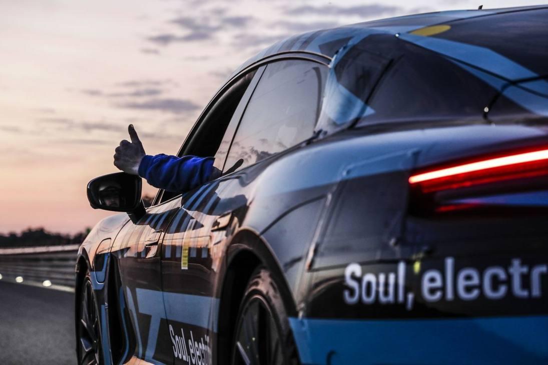 Porsche Taycan elettrica: ultimi test a Nardò