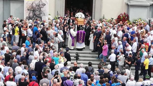 L'uscita del feretro di Felice Gimondi tra gli applausi della gente. Foto Bedolis