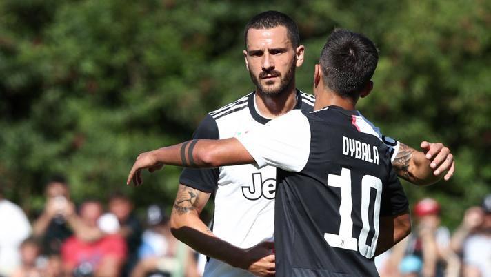 Leonardo Bonucci abbraccia Paulo Dybala. Afp