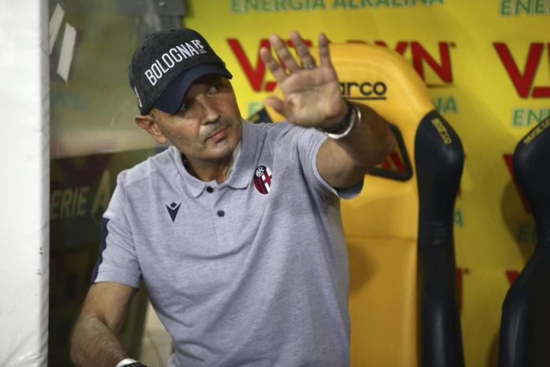 Sinisa Mihajlovic in panchina: il tecnico del Bologna è tornato in campo per seguire la sua squadra contro il Verona. Ansa