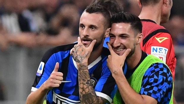 Epic Brozovic festeggia il gol al Lecce con Politano
