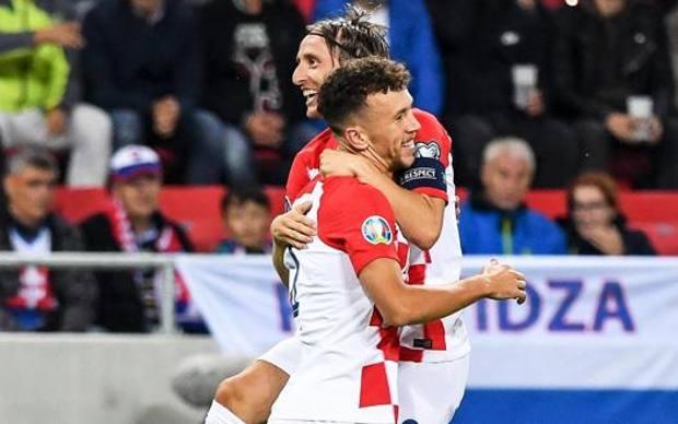 Perisic festeggia con Modric in Slovacchia. Epa