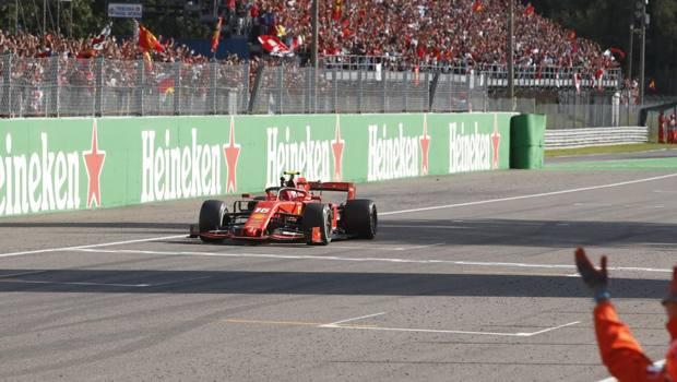 L'arrivo trionfale di Charles Leclerc a Monza. Ap