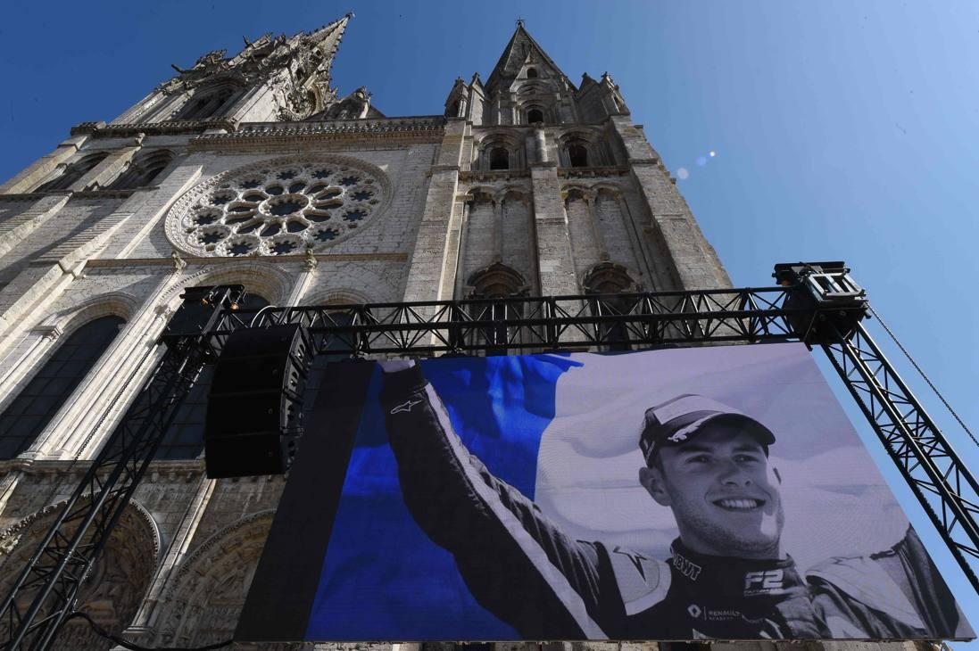 Si sono svolti a Chartres i funerali dello sfortunato pilota Anthoine Hubert, rimasto ucciso a Spa durante gara 1 del GP del Belgio. Il mondo dei motori gli ha reso omaggio