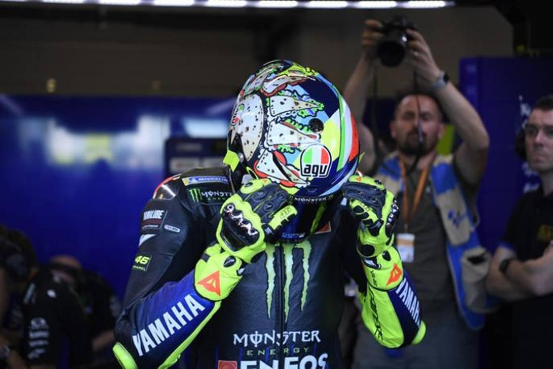 Valentino Rossi ha svelato nelle Libere3 il suo nuovo casco : 'Menu Misano' con tanto di piadina raffigurata sul lato destro