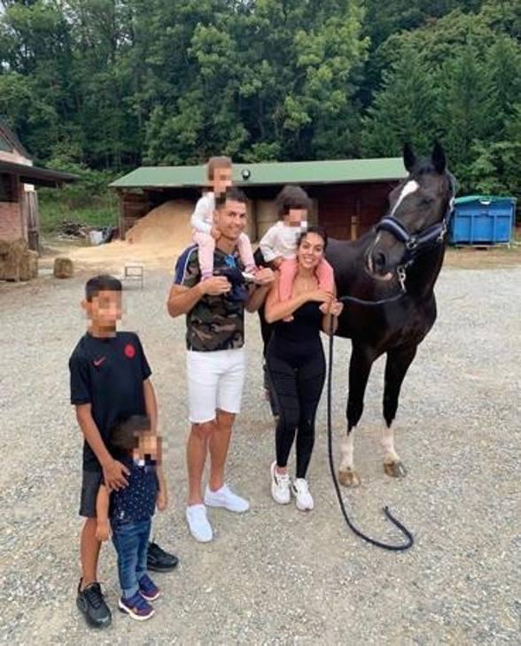 'Domenica in famiglia', così commenta Ronaldo sui social condividendo alcuni scatti del giorno libero dopo lo 0-0 con la Fiorentina. Instagram @cristiano