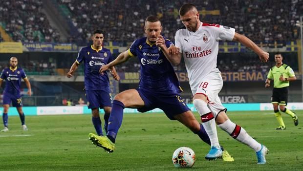 Ante Rebic, attaccante 25enne del Milan, in azione contro il Verona. LaPresse