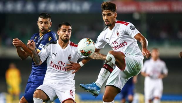 Un pallone per due: Suso e Paquetà domenica scorsa a Verona. Lapresse