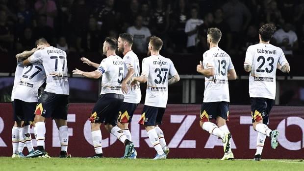 La festa dei giocatori del Lecce a Torino