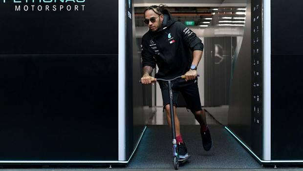 Lewis Hamilton al paddock di Singapore col suo monopattino. Afp