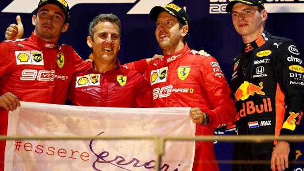 La gioia dei ferraristi sul podio di Singapore: doppietta Vettel-Leclerc. A destra Max Verstappen. Getty