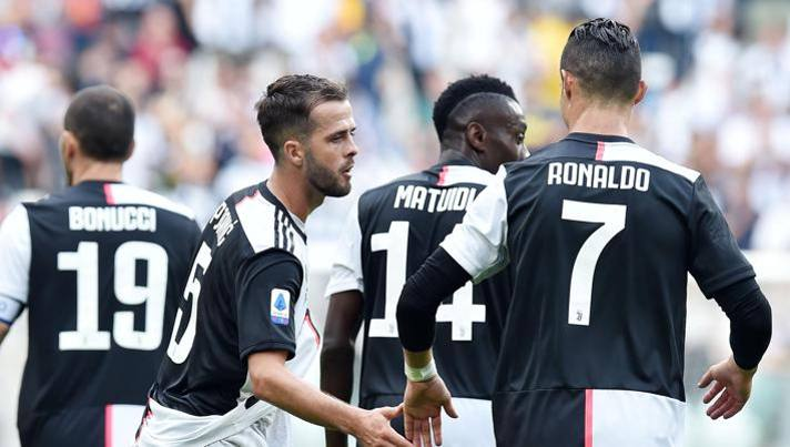 Pjanic e Cristiano Ronaldo si congratulano a vicenda. Ansa