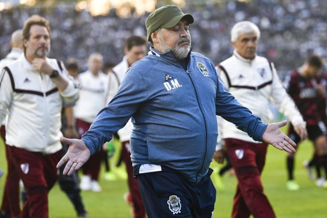 Diego Armando Maradona, alla terza partita sulla panchina del Gimnasia La Plata, incassa la terza sconfitta consecutiva: dopo gli stop contro Racing e Talleres, arriva il ko anche contro il River Plate. AP