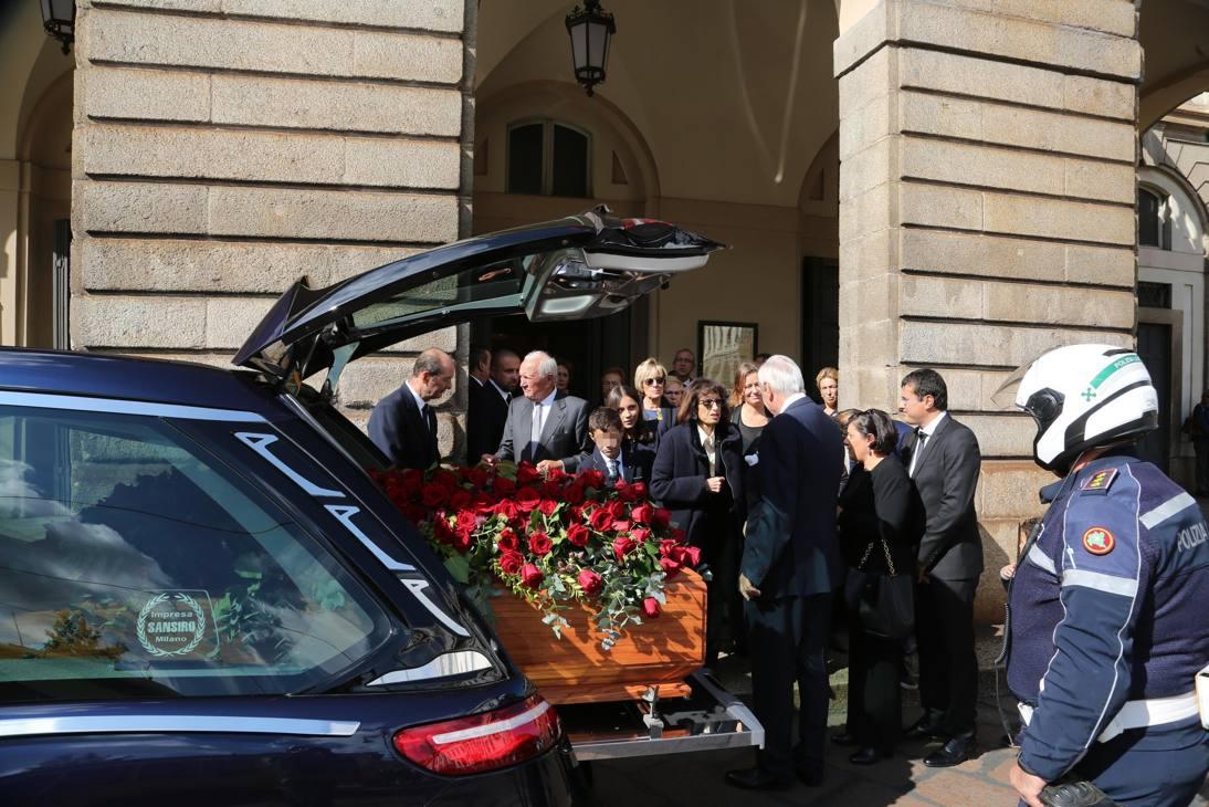 Il feretro davanti alla Scala di Milano ANSA