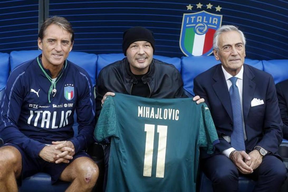 Mihajlovic con Mancini (c.t. della Nazionale) e Gabriele Gravina (presidente della FIGC)