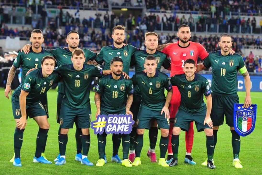 Gli undici titolari scelti da Mancini in posa prima del calcio d'inizio, spicca il completo verde. Lapresse