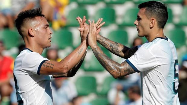 Lautaro con Paredes durante il 6-1 all'Ecuador