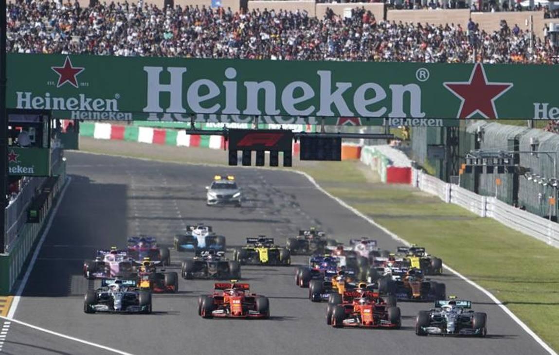 Il GP del Giappone si è probabilmente deciso già al via: incertezza di Vettel, che si muove in anticipo, si ferma e riparte, Bottas ne approfitta e dalla seconda fila beffa le due Ferrari, che con una qualifica strepitosa si erano assicurate le prime due piazzole.